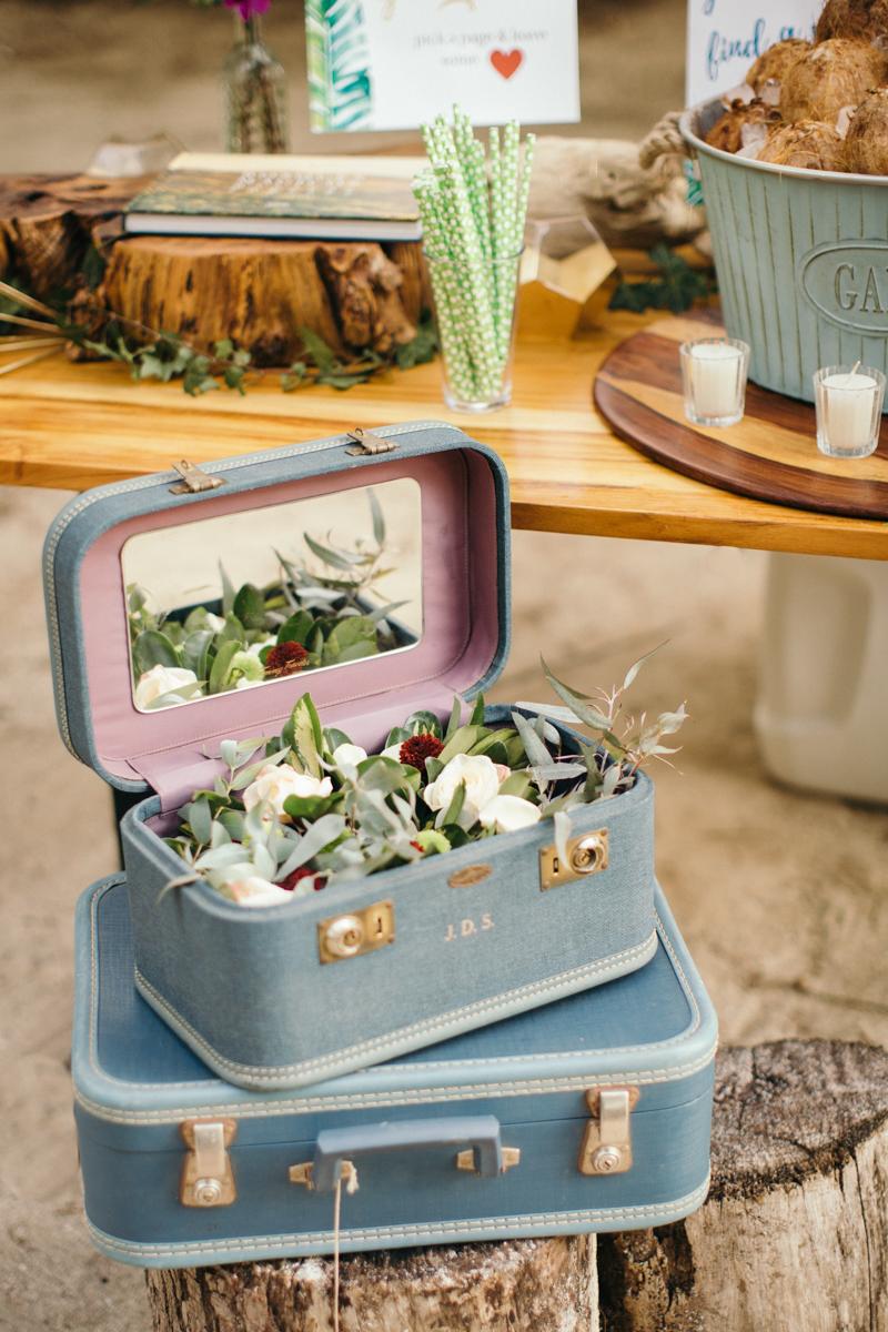 "alt=""vintage travel bag full flowers"
