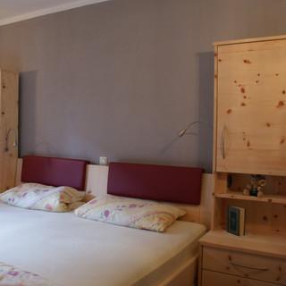 Zirbenschlafzimmer mit Einhänge - Polsterung
