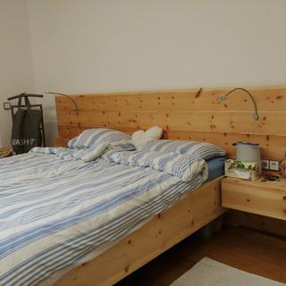 Zirbenbett - großes Kopfteil mit Baumkante