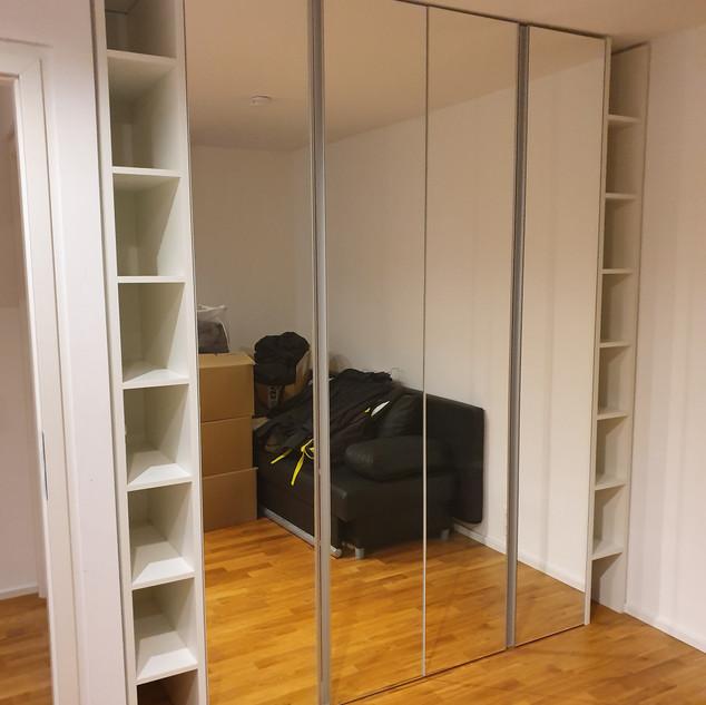 Einbauschrank mit Regale in weiß - Spiegeltüren mit Griffleisten (grifflos)
