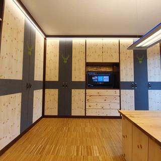Zirben Wohnzimmer bei offenen Teil mit Baumkanten Wand und herausfahrbaren Fernseher