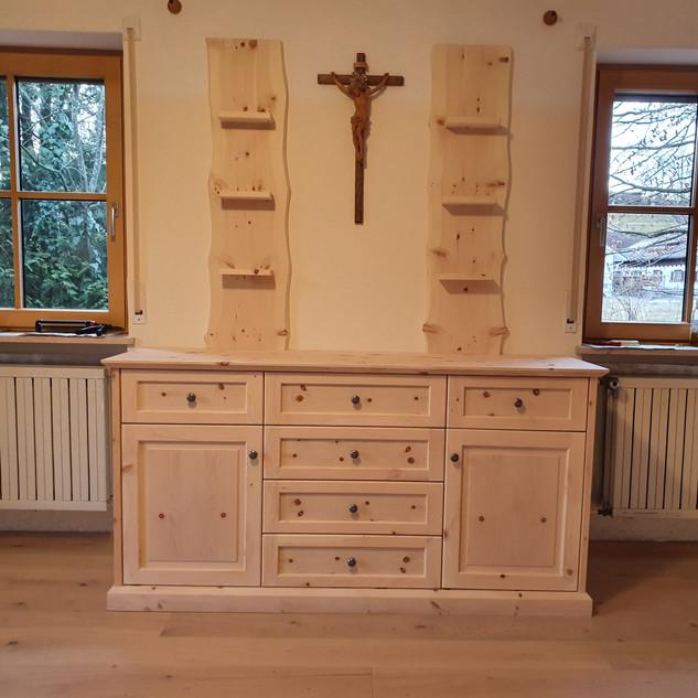 Sideboard und Aufsatzregale aus Zirbenholz mit Baumkante