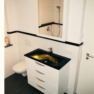 Waschtisch mit beleuchtetetn Glas-Waschbecken vom Galskünstler