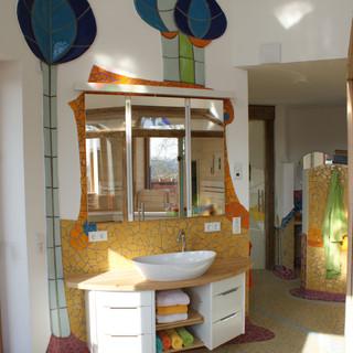Wellnessbereich mit Waschtisch und Spiegelschrank Altholz und weiß