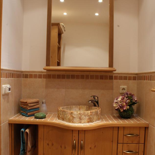 Klassisches Fichten Bad mit gebogenen Türen
