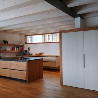 Küch Altholz und weiß Holzstruktur mit Eingang in die Speisekammer