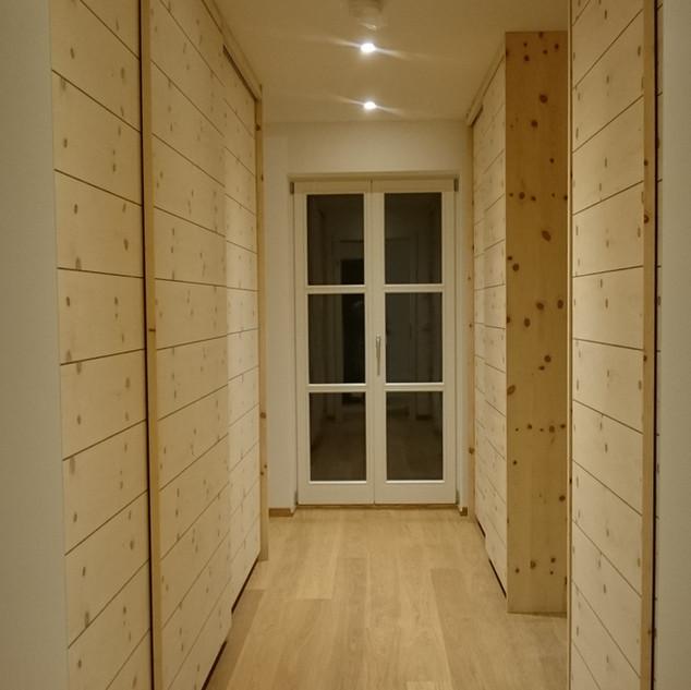Ankleide-Raum / begehbarer Kleiderschrank mit Schiebetüren Zirbe und Nußbaum-Ader