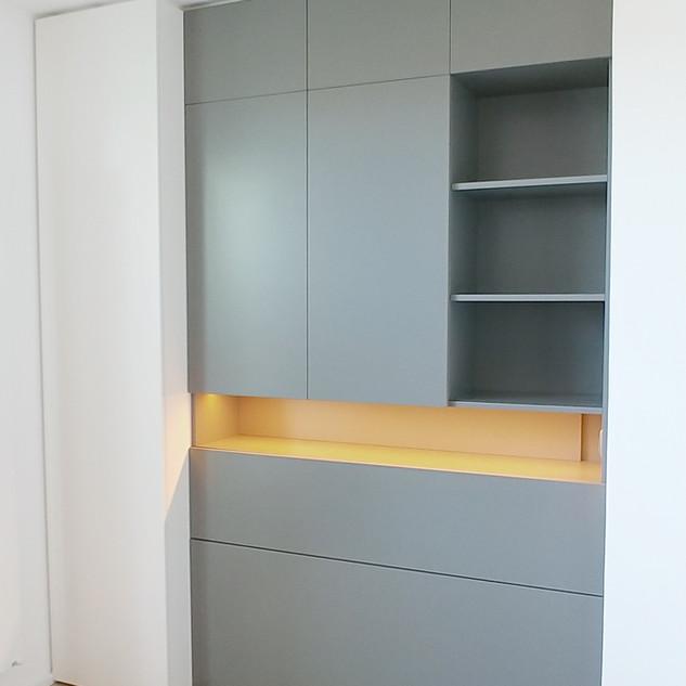Grau lackierter Einbauschrank mit Ausfahrbett