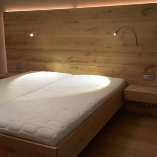 Bett Eiche astig mit großem Kopfteil Nachtkästchen auf Gehrung gearbeitet - Leselampen