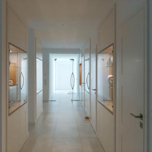 Eingangsbereich mit Nischenschränke weiß - Vitrine Asteiche - sowie Türen mit Tectus - Bänder