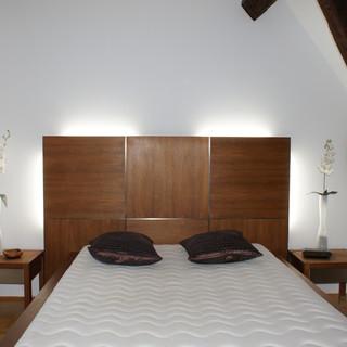 Bett aus Akazie mit Edlestahladern
