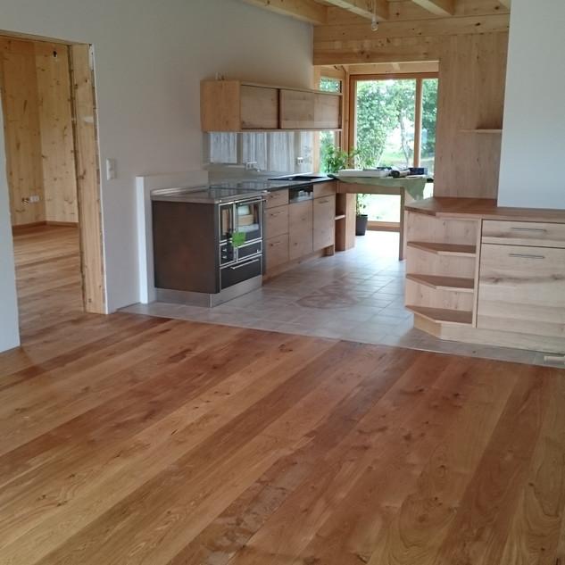 Küche mit Übergang zum Wintergarten und Wohnzimmer