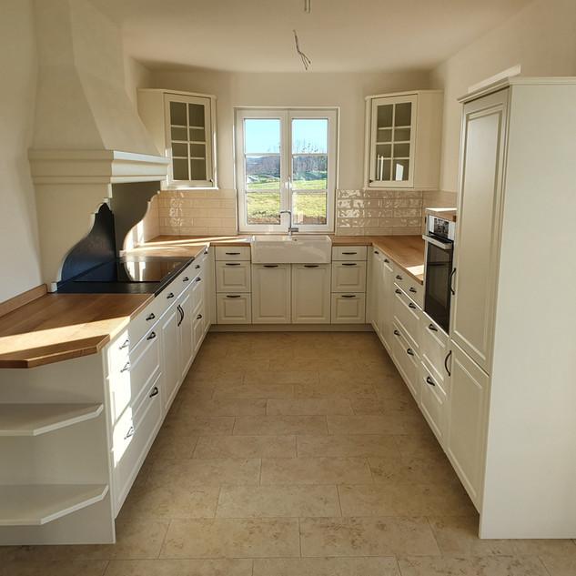 Küche in weiß klassisch mit Rahmen und Füllung mit Eichen-Arbeitsplatte