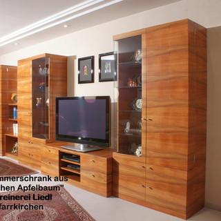 Wohnzimmer-Schrankwand aus indischen Apfelbaum (Tineo) auf Gehrung gearbeitet