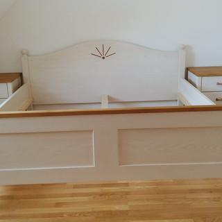 Klassisches Bett aus Esche weiß - offenporig lackiert - kombiniert mit Eiche
