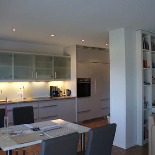 Einbauküche weiß mit Glas sowie Einbau Bücherregal