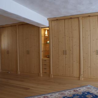 Schlafzimmer mit eingebauten Fichtenschränken, Vitrine, Fichtenbett und Zimmertüre