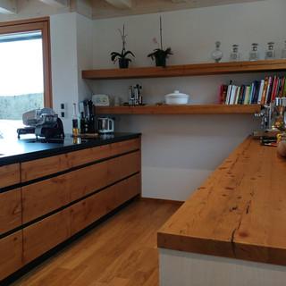 Küche mit Altholzregale, Eingriff mit Metall schwarz hinterlegt