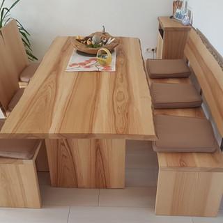 moderne Bank mit Tisch und Stühle Esche mit Braunkern und Baumkante