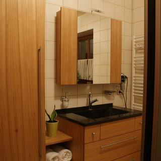 Bad aus Ulme / Rüster mit Corian Waschbecken