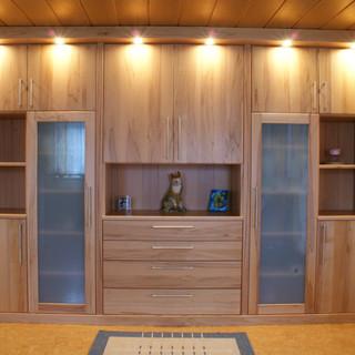 Einbau-Wohnzimmer-Schrank aus Kernbuche