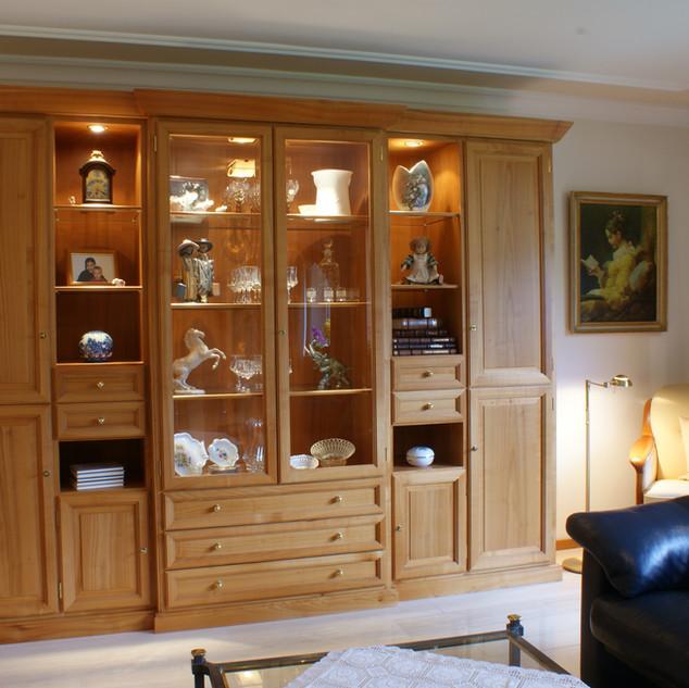 klassischer Wohnzimmerschrank aus Kirschbaum