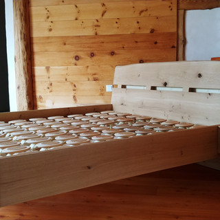 Eck Eichenbett vor Zirbewand - Kopfteil mit Baumkante - mit Relax-Bettsystem