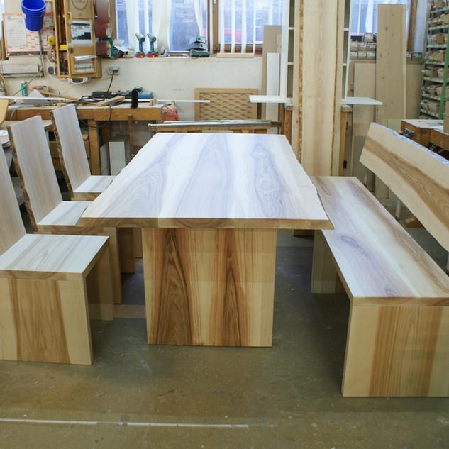 Esstisch mit Bank und Stühle Kernesche in der Werkstatt