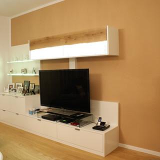 Wohnzimmer TV - Wand oben mit Eiche-Baumkante beleuchtet