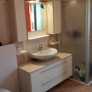 Waschtisch und Oberschränke aus Decorplatten weiß und Eiche