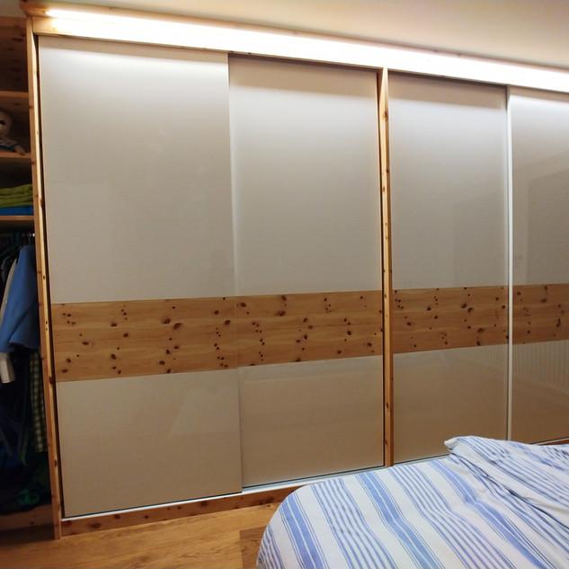 Schlafzimmer Einbauschrank mit Beleuchtung und offenem Regal - Schwebetüren weiß Acryl Hochglanz mit Zirbenholz kombiniert