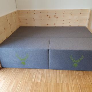 Bett-Couch umgebaut aus Zirbe und Lodenstoff