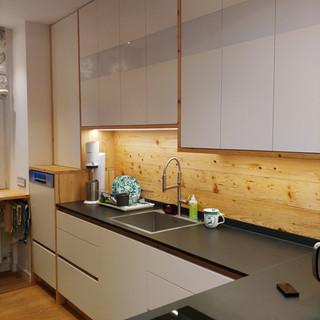 Küche Altholz und weiß lackiert mit Dekton Arbeitsplatte