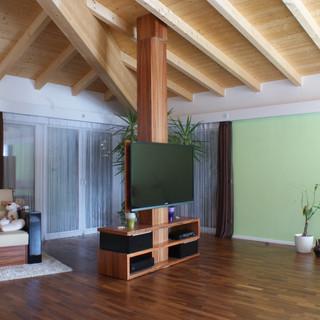 Wohnzimmersessel und drehbarer Fernsehturm aus indischen Apfelbaum (Tineo)