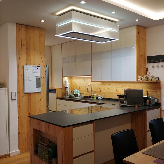 Einbauküche Alholz mit weiß kombiniert in den Hängekästchen mit lackierten Glas eingelegt