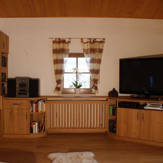 Eichen-Wohnzimmer mit schrägen TV Schrank und Heizkörperverkleidung