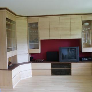 Einbau Wohnzimmerwand Ahorn und Nußbaum kombiniert