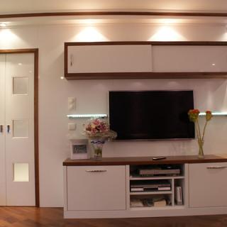 Einbau Wohnzimmer weiß mit Nußbaum - mit Einbau-Schiebetür