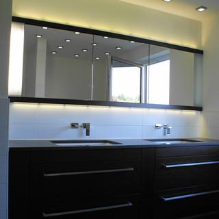 moderner Waschtisch und Spiegelschrank