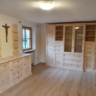 Klassisches Zirbenwohnzimmer Vollholz (Massivholz) auf Rahmen und Füllung gearbeitet