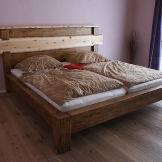 Bett aus antiker Eiche kombiniert mit Zirbenholz