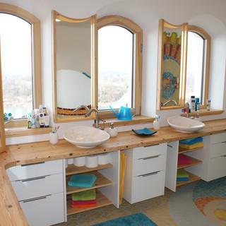 Badezimmer Altholz mit weiß kombiniert mit Aufsatz-Waschbecken