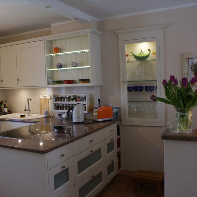 Küche weiß mit Glas-Füllung und Vitrine