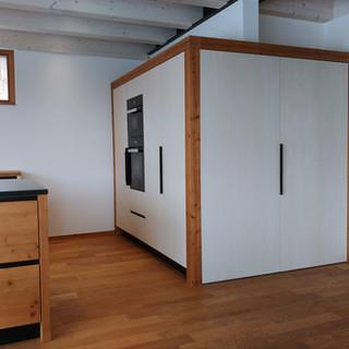 Küchenblock mit Eingang zur Speisekammer