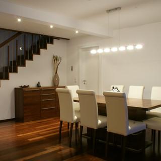 Essbereich mit ausziehbaren Tisch aus Akazie und Stühle gepolstert