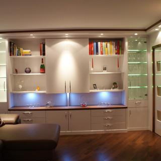 Einbau Wohnzimmer mit Beleuchtung in Weiß und Nussbaum