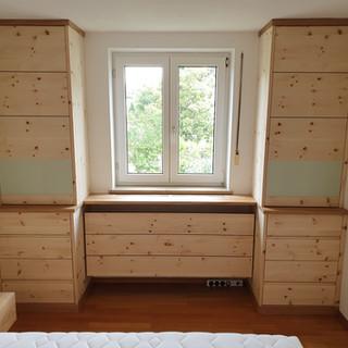 Schlafzimmerschränke mit Heizkörperverkleidung - Türen und Schubladen mit Grifffräsung und eingelegter, lackierter Glasfront
