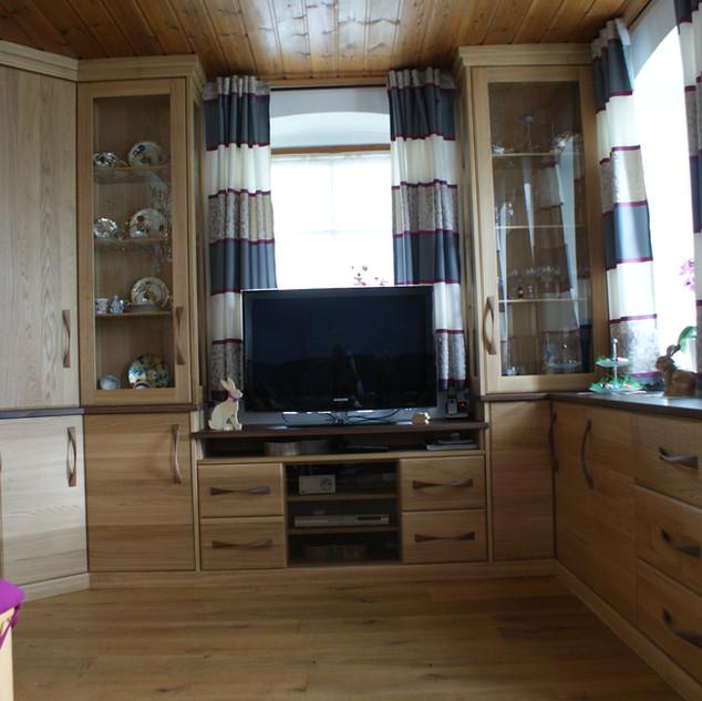Einbau Wohnzimmer Möbel aus Eiche kombiniert mit Nußbaum