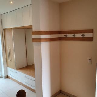 Garderobe weiß und Eiche schlicht mit Wandbrett auf Gehrung um Mauer