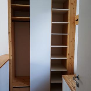 Garderoben Einbau Altholz mit weißer Schiebetür